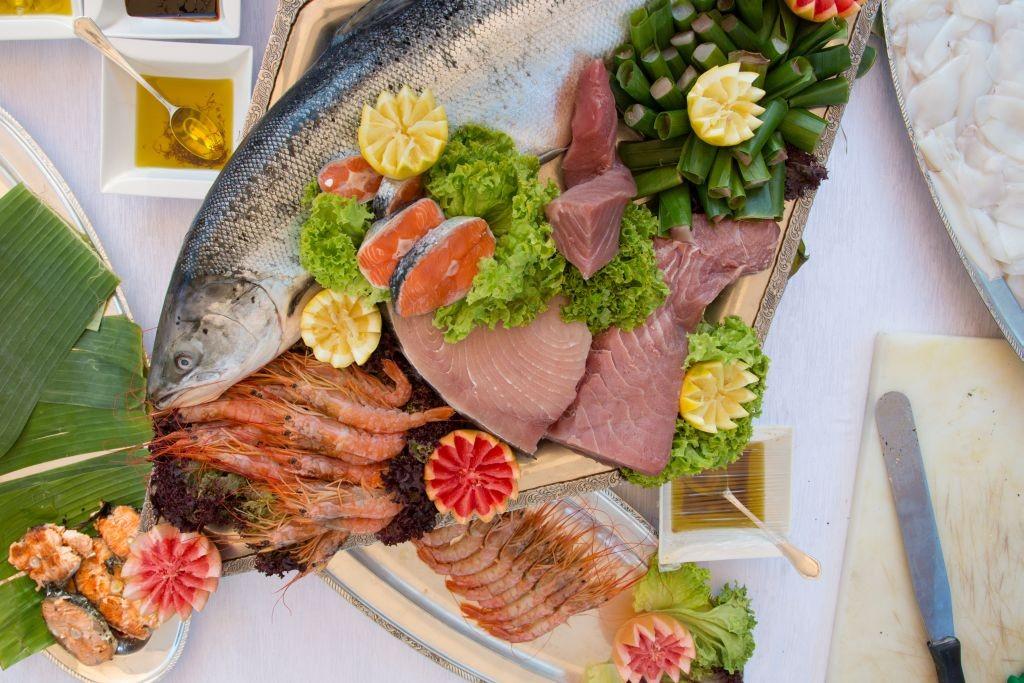 Assortimento di pesce crudo inquadrato dall'alto