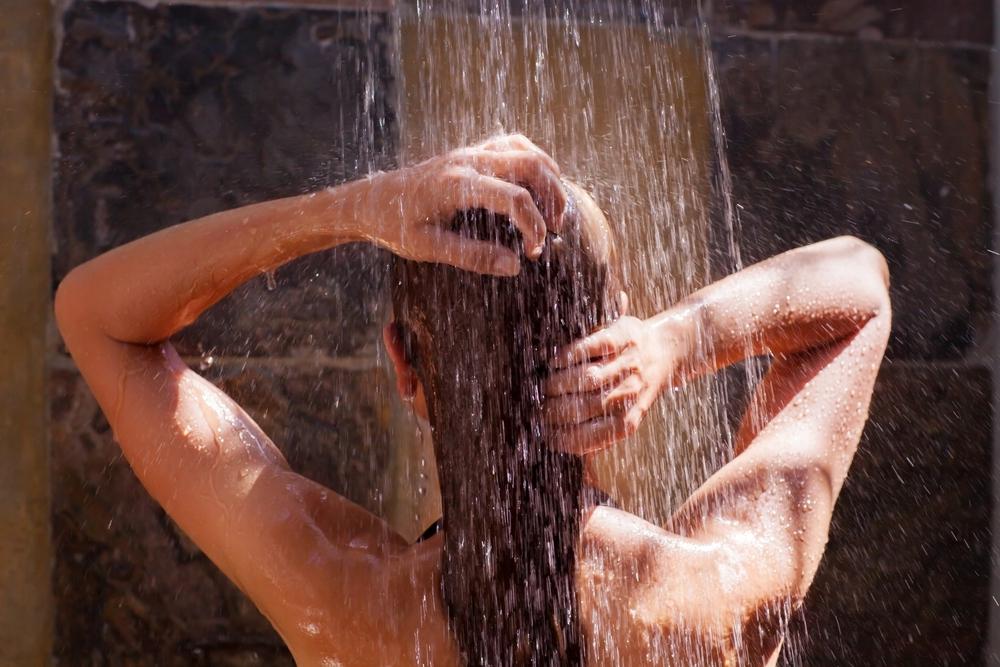 Češi nejraději šetří na teplé vodě