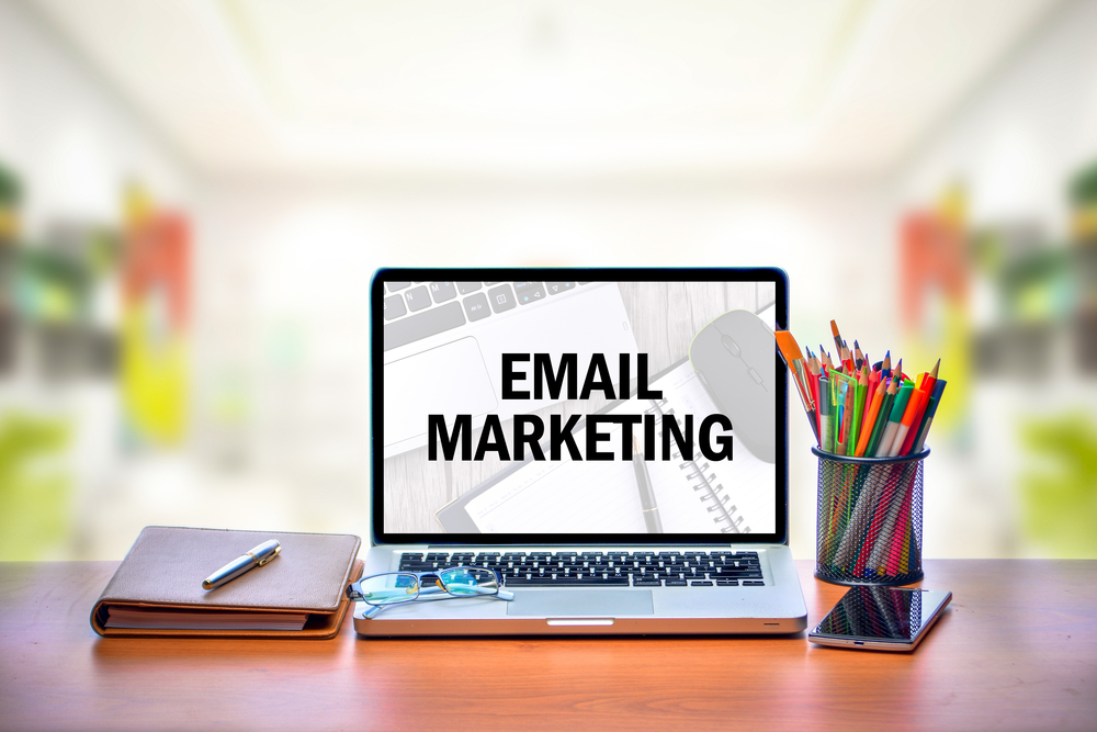 Obchodní e-maily odesílají nejčastěji jednou měsíčně a z externí aplikace, vyplývá z průzkumu mezi podniky a živnostníky