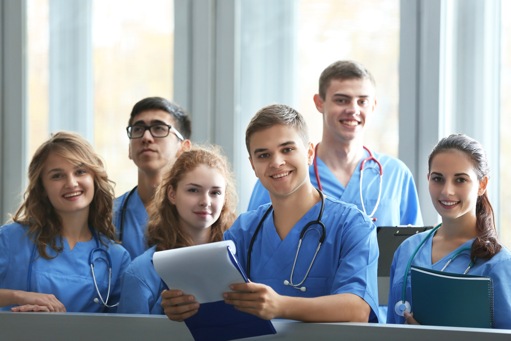 Českých vysokoškoláků ubývá i přes zvyšující se zájem o studium. Výjimkou jsou budoucí lékaři či ženy v technických oborech