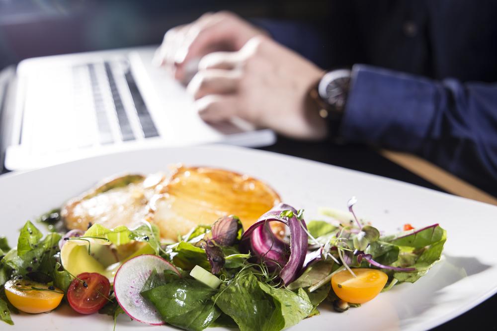 Správně najedený zaměstnanec je spokojený a produktivní, zdravé stravování tmelí kolektiv