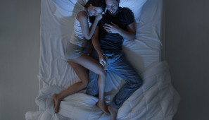 Klesá frekvence sexu, páry sledují televizi v posteli