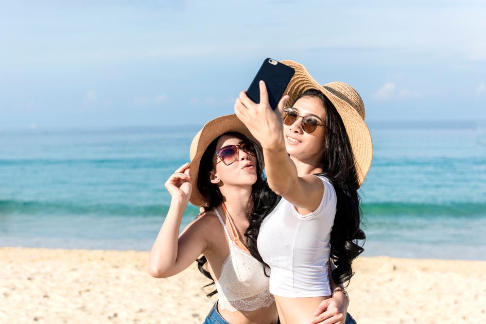 Češi před dovolenými pořizují baterky do foťáků a mobilů