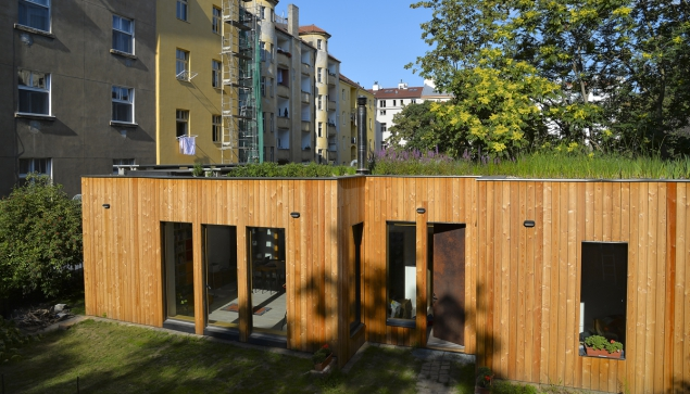 Rodinný domek mezi pražskými činžáky šetří vodu střešní kořenovou čističkou