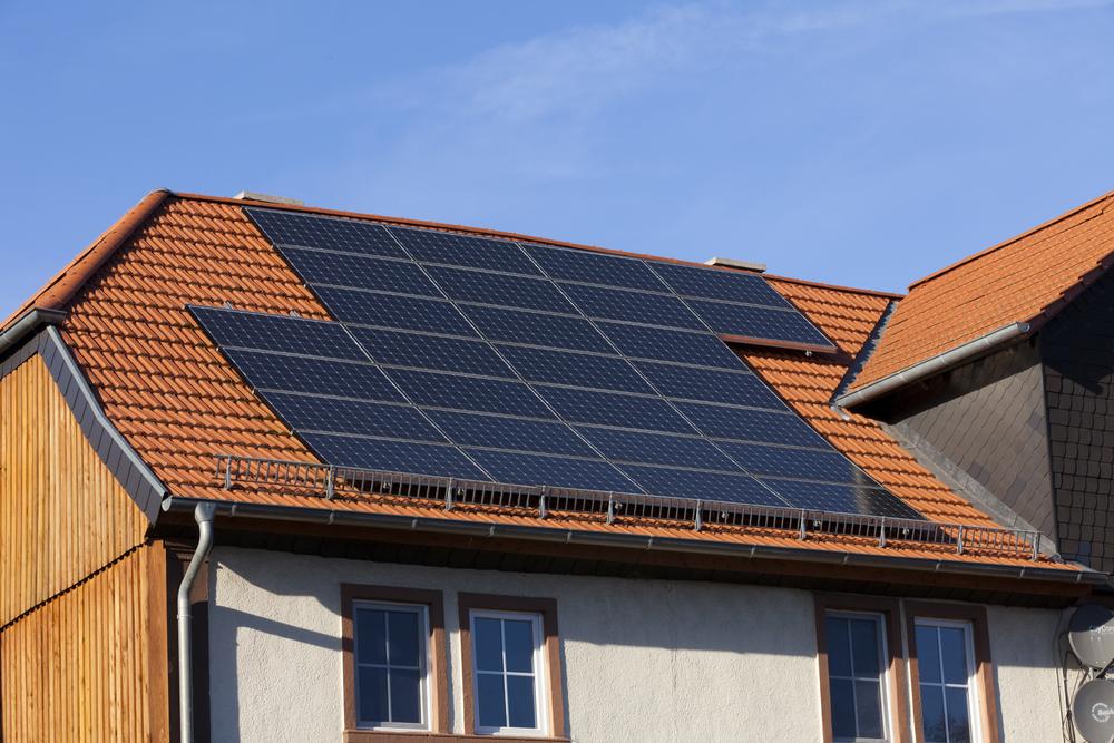 Majitelé domácích solárních elektráren ušetří. Chytrá regulace od E.ON sleduje a řídí přetoky jejich energie