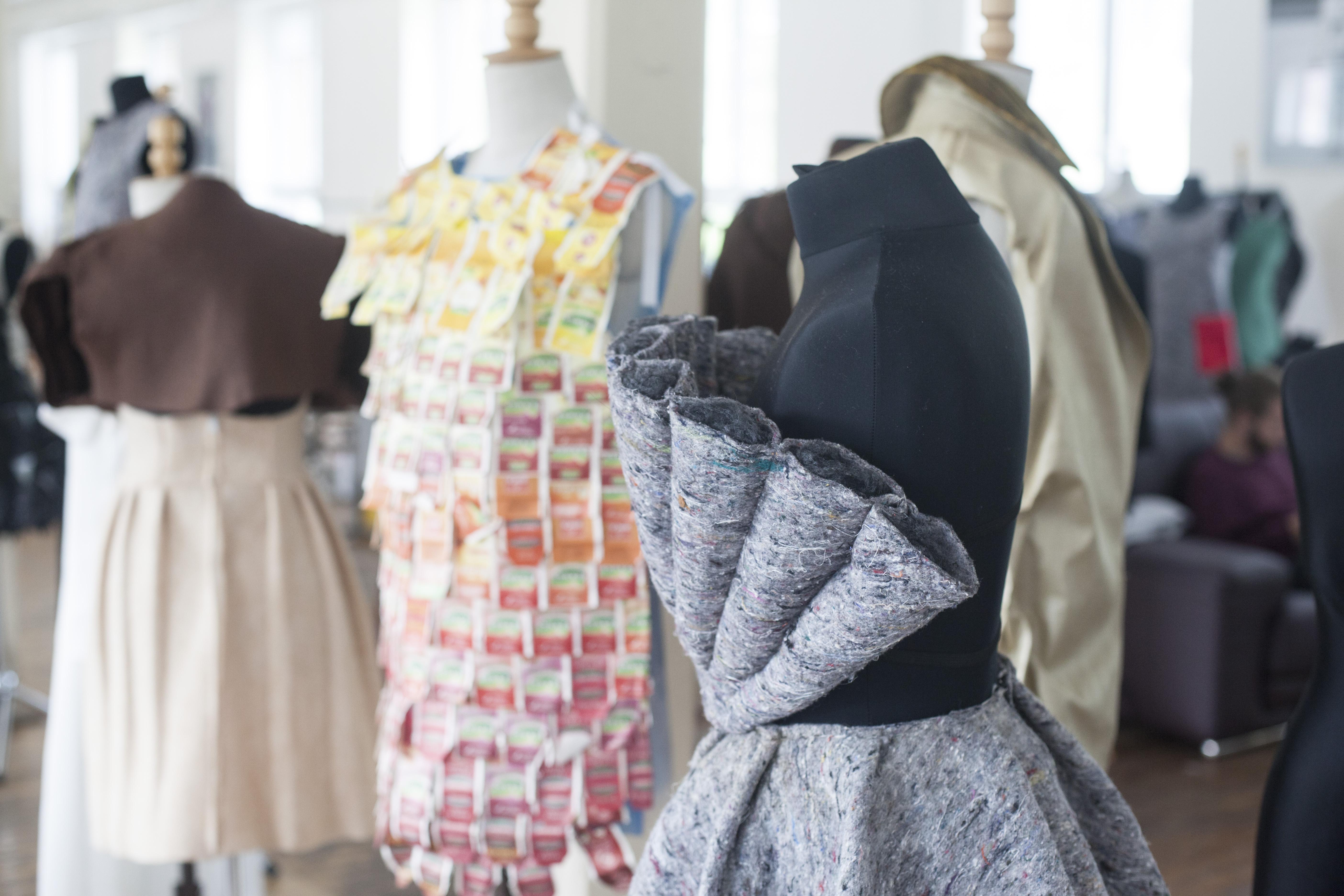 Kutil z Plumlova pomáhá včelám redukovat stres, jihlavští studenti inspirují recyklovanou módou