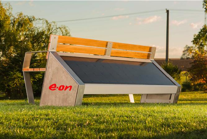 Solární lavičky poskytly stovky hodin internetu zdarma