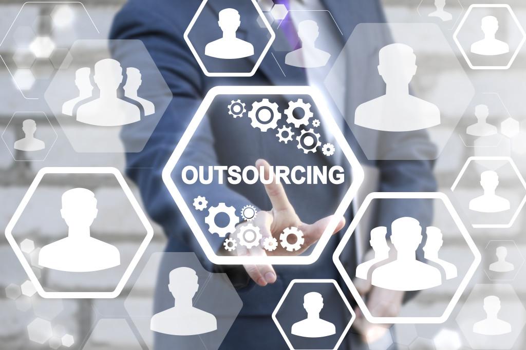 Outsourcing ve firmách: úspora nákladů, dostupnost inovací, strategické výhody, nejnovější technologie