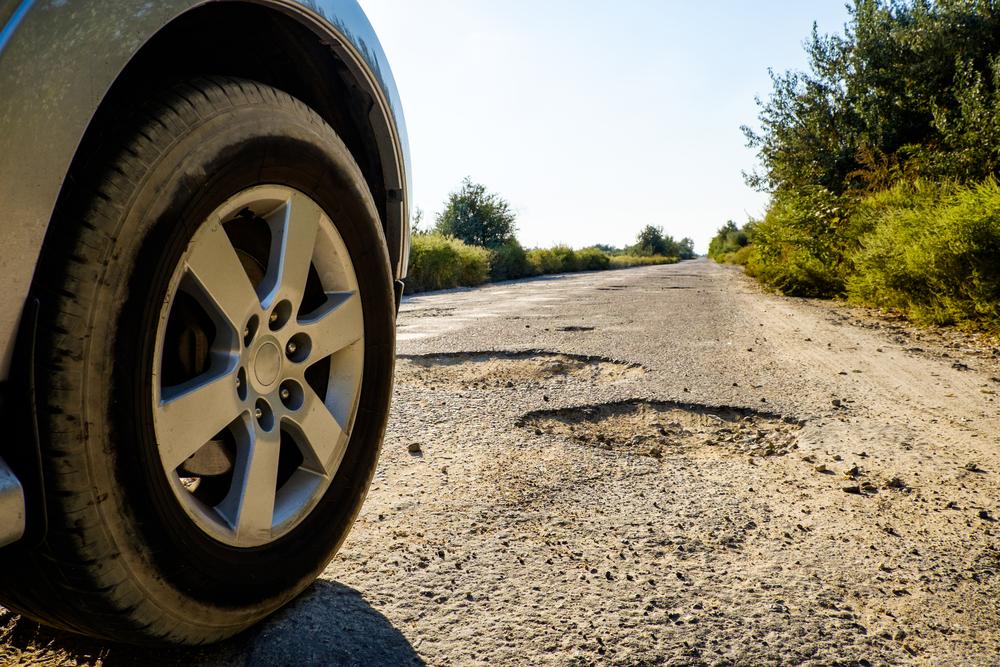 Obaly versus výmoly na silnicích. Co trápí lidi více?