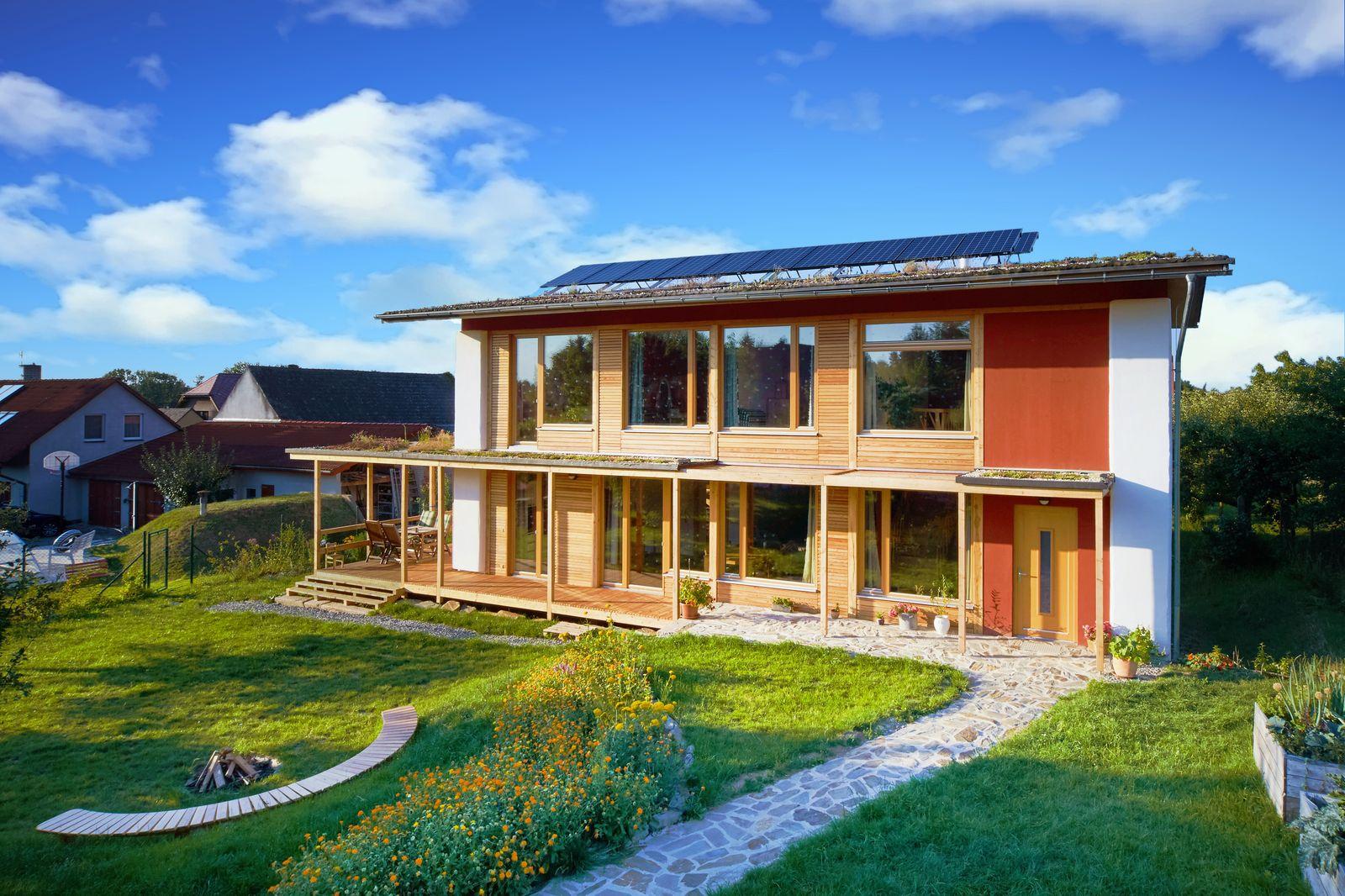 Úsporný dům ze slámy stavěl vlastníma rukama tři roky